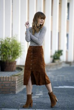 Vintage Fashion THE SUEDE MIDI SKIRT More - The suede skirt might be my favorite part of the trend. Whether done as a mini or midi, the luxe material has the ability to make any outfit instantly more fashionable. Besides that, you can styl Midi Skirt Outfit, Winter Skirt Outfit, Skirt Outfits, Midi Skirts, Zara Skirts, Maxi Dresses, Mode Outfits, Fall Outfits, Casual Outfits