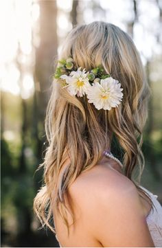 This beautiful nature setting is full of stunning inspiration for a relaxing summer wedding photoshoot. If you want your long hair flowing and free, try this gorgeous floral accessory idea so you can be comfortable and look amazing on your big day!