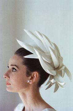 Audrey Hepburn wearing Givenchy, photographed by Bert Stern for Vogue, 1963 . Hubert de Givenchy and Audrey Hepburn - a match made in heaven. Similar ages, the French couturier and Iconic screen st. Audrey Hepburn Outfit, Audrey Hepburn Hut, Katharine Hepburn, Audrey Tautou, 3d Mode, Mode Lookbook, Kourtney Kardashian, Kardashian Fashion, Breakfast At Tiffanys