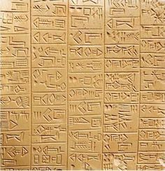Het Sumerisch is het oudste ons bekende Schrift ter wereld, en ontstond in Zuid Mesopotamie, nu Zuid Irak. Het systeem dat zij ontwikkelden zou sporen achterlaten in de schrijfwijzen van andere talen voor de komende drie millennia. Deze vorm, die bestaat uit een mix van logofonetische tekens, een medeklinker alfabet en lettergreep alfabet, wordt tegenwoordig samengevat als 'cuneiform'.