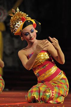 Tenun dance depicts Balinese women in making cloth weaving (a type of traditional Balinese cloth). They were dressed in traditional Bali. Vietnam Costume, Model Kebaya, Native Wears, International Style, Traditional Fashion, Dance Photos, Artistic Photography, Dance Dresses, Pin Collection