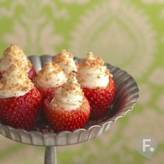 Not your normal cheesecake bites with cream cheese and graham cracker crust. This is simple, sweet, and delicious! I use fresh strawberries and stuff them with Strawberry Cheesecake Bites, Keto Cheesecake, Delicious Desserts, Dessert Recipes, Good Food, Yummy Food, Tasty, Snacks, Food Videos