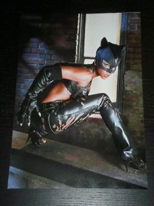 a halle berry cat woman celebrity clipping 1 full page spanish magazine 0432