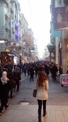 Die Fussgängerzone İstiklal Caddesi ist 24 Stunden am Tag Mittelpunkt im Stadtteil Beyoğlu.