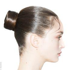 Tour d'horizon des coiffures tendance repérées lors des précédentes fashion weeks. Focus : la tendance noeuds vue chez Maison Valentino