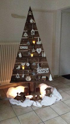 2 Pallet Wood Christmas Tree, Christmas Wood Crafts, Diy Christmas Tree, Rustic Christmas, Xmas Tree, Christmas Projects, Handmade Christmas, Christmas Ornaments, Easy Christmas Decorations
