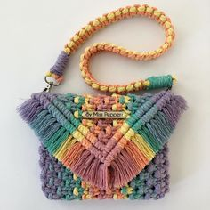 Another way to mix up those gorgeous pastels 🖤 . Macrame Design, Macrame Art, Macrame Projects, Macrame Knots, Macrame Jewelry, Bohemian Crafts, Macrame Purse, Hand Embroidery Videos, Crochet Decoration