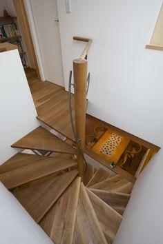 階段には、原則、手摺を付けなければなりません。手摺の素材にも色々あること思いますが、握り部分に連続性を持たせ、かつ、階段の形態に則した形で表現するには、木...