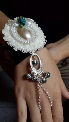 Pulsera con camafeo y detalles en esmeralda