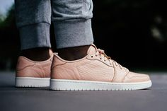 Last month, Jordan Brand added a new spin on its first shoe with the No Swoosh Air Jordan 1 Retro Low. Now after the Stateside release, the silhouette is h Street Outfit, Street Wear, Urban Style Outfits, Streetwear Fashion, Streetwear Shop, Skate Wear, Sneaker Magazine, Vans Sneakers, Jordan 1