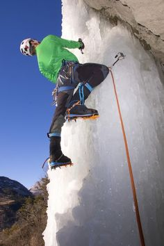 La cascade de #glace : un sport à grand frisson : Discipline encore trop peu connue, la cascade de glace permet de découvrir la montagne autrement, dans des paysages sublimes. Contrairement à ce que l'on pourrait croire, cette activité dérivée de l' #escalade est accessible aux non spécialistes, à condition d'être encadré par un guide.