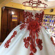 Vestido diseñado y confeccionado para una princesa  con bellos detalles de @judymanualidades como la rosa con botones personalizados para Sury Loayza