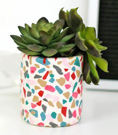 DIY terrazzo planter with oven Backton - Persia LouDIY terrazzo planter with oven baking clay - learn how to achieve a cool terrazzo effect with clay! terrazzo clay claycrafts ovenbakeclay DIY terrazzo planter with oven Terrazzo, Painted Plant Pots, Painted Flower Pots, Diy Clay, Polymer Clay Crafts, Diy With Clay, Clay Crafts For Kids, Diy And Crafts, Summer Crafts