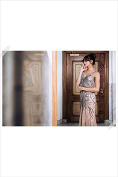Jurken Huren. Adrianna Papell. Ivy dress. Maxi dress. V-neck. Slim fit. Elegant. Nude color. Photographer Elza van der Saag.