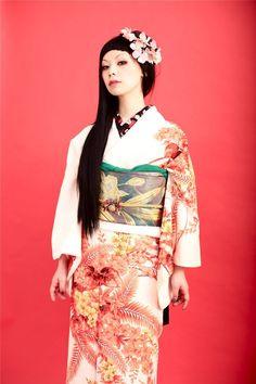 Kimono communication of Dali | Houmongi leaves and red flowers on a white background dressed in kimono no2 hen Houmongi Dali. Bibi Tsurezure