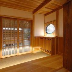 『光陰の家』〜自然素材にこだわった和モダンの家〜の部屋 木に包まれる和風玄関-1