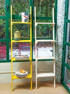 Estanterías hechas escalera de madera pintada
