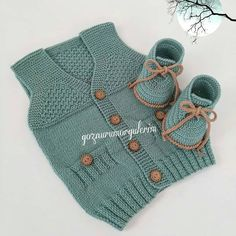 Ay No mornings 🎈🎈. Baby Boy Knitting Patterns, Knitting For Kids, Baby Patterns, Knit Patterns, Baby Knitting, Knit Baby Dress, Knitted Baby Clothes, Baby Vest, Baby Cardigan
