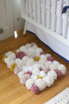 Pom poms are the best! Here is my Wool Pom Pom Tutorial for Crafts. They can be used for so many different things. So come take a look at my pom pom tutorial. Diy Pom Pom Rug, Pom Pom Crafts, Yarn Pom Poms, Pom Pom Mat, Pom Pom Flowers, Tapetes Diy, Diy Simple, Creation Deco, Yarn Projects