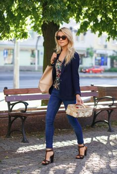 Katarzyna Tusk totally rocks this look of skinny jeans, a floral shirt and navy blazer!Jacket: Massimo Dutti, Top, Trousers & Shoes: Zara, Bag: J.Crew