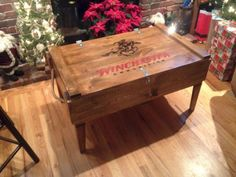 53 Magnificient Coffee Box Table Design Ideas With Diy Wooden Wooden Pallet Beds, Rustic Wooden Box, Old Wooden Boxes, Wooden Diy, Farmhouse Style Coffee Table, Diy Coffee Table, Decorating Coffee Tables, Diy Table, Winchester Ammo