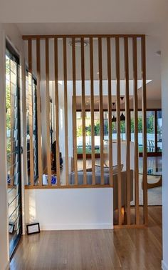 Les tasseaux de bois sont super pratiques pour créer et délimiter des espaces. #rhinov #tasseauxdebois #astuces #entree #decorationdinterieur #deco Living Room Partition Design, Living Room Divider, Room Partition Designs, Wood Partition, Ikea Room Divider, Partition Ideas, Room Divider Bookcase, Fabric Room Dividers, Space Dividers