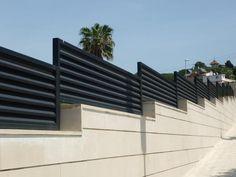 Verja residencial de hierro con lamas Z Fence Wall Design, House Gate Design, Door Gate Design, Balcony Design, Concrete Fence Wall, Compound Wall Design, Casa Patio, Townhouse Designs, Boundary Walls