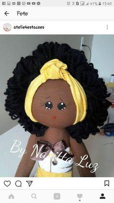 Boneca bebê, confeccionada em malha e tecidos 100% algodão. Enchimento em fibra siliconada e cabelos em lã    Mede 45 centímetros. Nome bordado a sua escolha. Sock Dolls, Felt Dolls, Doll Sewing Patterns, Doll Clothes Patterns, Black Baby Dolls, African Dolls, Ann Doll, Doll Hair, Fabric Dolls