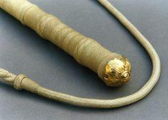 Arreador con fondo de cabo en oro. Alejandro Alvarez. Vean la finura de los tientos de cuero cercanos al detalle en oro.