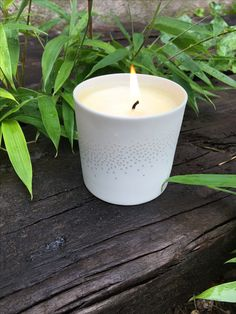 Bougie parfumée dans son contenant en porcelaine ajourée pour laisser passer la lumière lorsque la bougie brûle.