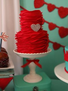 Red ruffle cake with heart Gorgeous Cakes, Pretty Cakes, Amazing Cakes, Wedding Fotografie, Red Cake, Valentines Day Cakes, Ruffle Cake, Engagement Cakes, Just Cakes