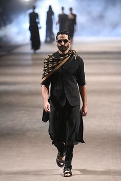 New fashion week men india ideas Mens Indian Wear, Indian Groom Wear, Indian Men Fashion, Mens Fashion Week, Mens Fashion Suits, Look Fashion, Fashion Menswear, Men Ethnic Wear India, Indian Man