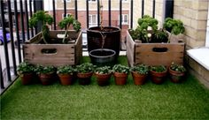The balcony gets a rather controversial makeover with artificial turf. Artificial Grass Carpet, Small Artificial Plants, Artificial Turf, Veg Garden, Garden Care, Balcony Garden, Porches, Lawn Turf, Outdoor Pots