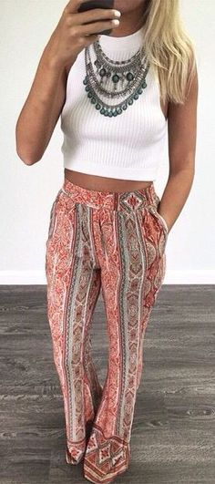 Wat een leuke zomerse outfit. Die vrolijke broek met boho print geeft haar echt een zomerse uitstraling. De leukste broeken met printen vind je via Aldoor in de uitverkoop #mode #dames #broek #aztec #bohemian #trousers #pants #women #fashion
