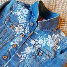 spijkerjasje voor over je trouwjurk Diy Jeans, Diy Clothes Jeans, Painted Jeans, Painted Clothes, Denim Jacket Fashion, Western Outfits, Textiles, Cute Outfits, My Style