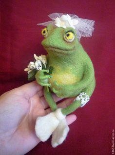 Купить Лягушка-невеста - оливковый, зеленый, лягушка, лягушка игрушка, Сухое валяние, валяние из шерсти