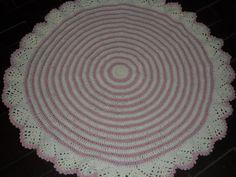 tTapete confeccionado à mão, tradicional técnica do crochê. <br>Sofisticação e aconchegante , valorizando ainda mais a decoração que você preparou para o quarto da sua bebe <br>.o material usado na produção é barbante de algodão, que facilita a lavagem frequente da peça. Cores:rosa claro e cru. <br>Pode ser encomendado em outras cores e tamanhos