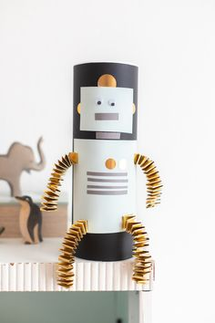 Upcycling idea: robot can for kids paulsvera-Upcycling Idee: Roboter Dose für Kids Upcycled Crafts, Halloween Crafts For Kids, Fun Crafts, Upcycled Furniture Before And After, Diy Girlande, Diy Kids Furniture, Diy Upcycling, Toilet Paper Roll Crafts, Do It Yourself Crafts