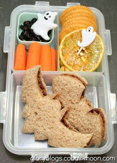 i should be mopping the floor: 20 Halloween Lunch Box Ideas Halloween Lunch Ideas, Healthy Halloween Snacks, Halloween Sandwich, Scary Halloween, Cute Snacks, Lunch Snacks, Healthy Lunches, Toddler Meals, Kids Meals