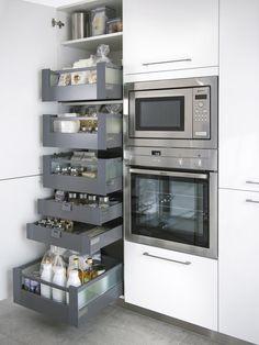 Microondas en columna con horno y muebles de almacén