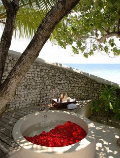 Many of the luxurious resorts in the Maldives are known for their ability of blurring the line between the indoors and the world outside, but this intimate open-air tub at Cocoa Island by COMO is just absurdly romantic.
