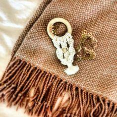 Holzring mit handgeküpftem Makramee. Perfektes Geschenk zur Geburt. Straw Bag, Baby, Rings, Newborns, Infant, Baby Baby, Doll, Infants, Kid