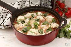 Kip uit de oven met tomatensaus is overheerlijk, je likt je vingers erbij af en het is super eenvoudig te bereiden! Recept? Kijk op BonApetit!