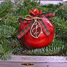 Χειροποίητο ρόδι κεραμικό σε κόκκινο χρώμα με επίχρυσο 17 με κόκκινο σμάλτο. Lucky Charm, Charms, Christmas Ornaments, Holiday Decor, Home Decor, Decoration Home, Room Decor, Christmas Jewelry, Christmas Baubles