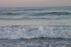 Mientras la esperaba puso nombre a todas las olas del mar.