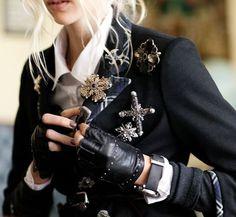 Brosche - trendy fashion accessorize- Very chic! Fashion Details, Look Fashion, Womens Fashion, Fashion Design, Retro Fashion, Trendy Fashion, Mode Steampunk, Mode Costume, Mode Inspiration