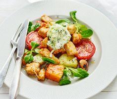 Smakerna sprakar i den här nyttiga och fantastiskt goda vegorätten med ugnsrostad pumpa, tomater och vegobitar. Med en krämig tzatziki till kommer denna rätt att göra succé!