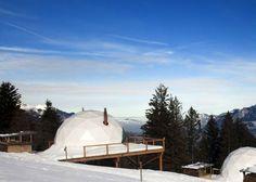 """Sous les étoiles oui, mais dans un igloo confortable !  Profitez des belles installations du domaine des """"whitepod"""". En Suisse, vous trouverez ces igloo de 4 personnes, écolos mais très confortables plantés dans la neige au milieu d'une foule d'activités :   Pistes de ski avec remontées mécaniques privées, un spa, 15 igloos et un restaurant à la cuisine raffinée. Ce magnifique endroit est aussi le point de départ pour des randonnées à pied, en raquette ou en motoneige."""