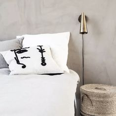 A beautiful pillowcase with a unique look. Ingo from House Doctor is a square pillowcase that measures 50 cm in height and length. The pillowcase has a light, beige colour with a silhouette of a face in a black colour. House Doctor, Hygge, Decoration Chic, Interiors Magazine, Wall Ornaments, Gold Walls, Blog Deco, Cool Beds, Linen Bedding