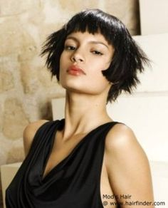 Bob with sharp cutting angles and really short bangs. Blunt Bob With Fringe, Bob Fringe, Up Hairstyles, Straight Hairstyles, Round Hair Brush, Chin Length Hair, Hair Powder, Short Bangs, Air Dry Hair